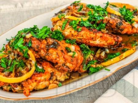 Пилешки пържоли с винен сос с лимонов сок и магданоз на тиган - снимка на рецептата